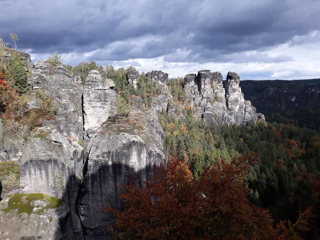 Felsformationen und herbstliche Wälder in der Sächsischen Schweiz