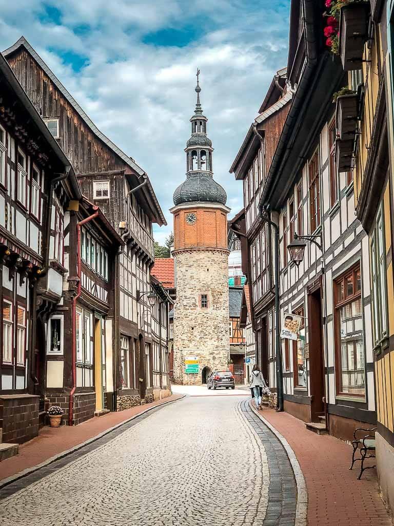 Gasse mit Fachwerkhäusern und Kirche in Stolberg am Harz