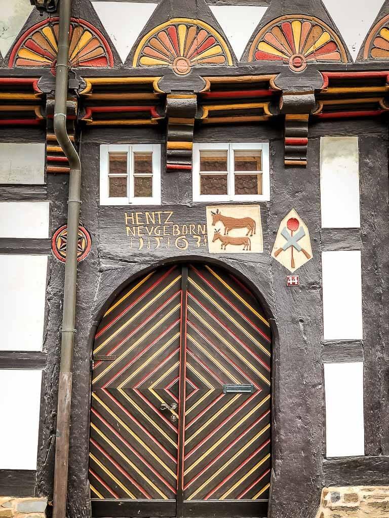 Tür eines historischen Fachwerkhauses in Stolberg im Südharz