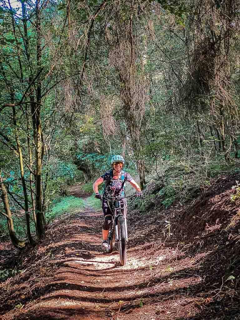 Couchflucht fährt Mountainbike auf dem Südharzer Dampfloksteig