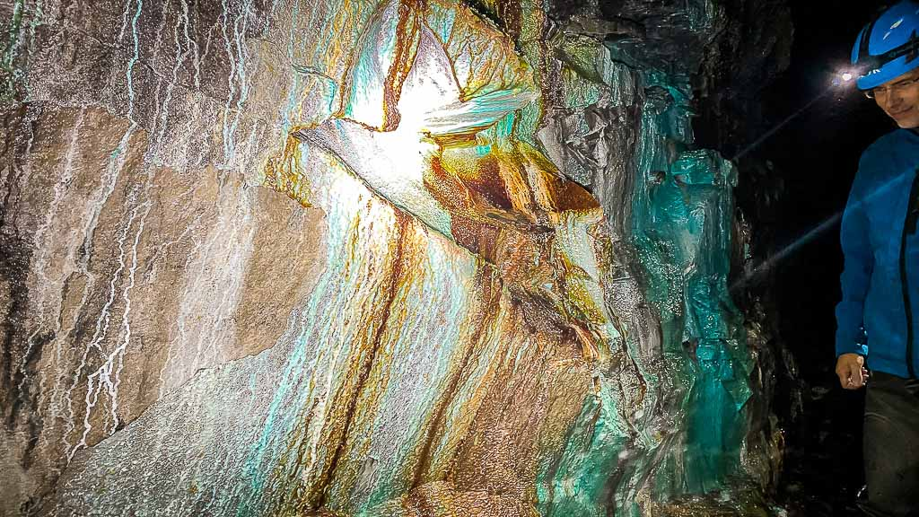 Versinterung und Farbenpracht im Grünen Gewölbe bei der Expedition Altbergbau im Röhrigschacht Wettelrode