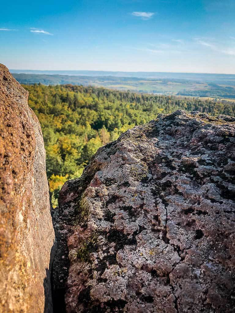 Aussicht zwischen den Felsen der Bielsteinkanzel auf den Naturpark Südharz
