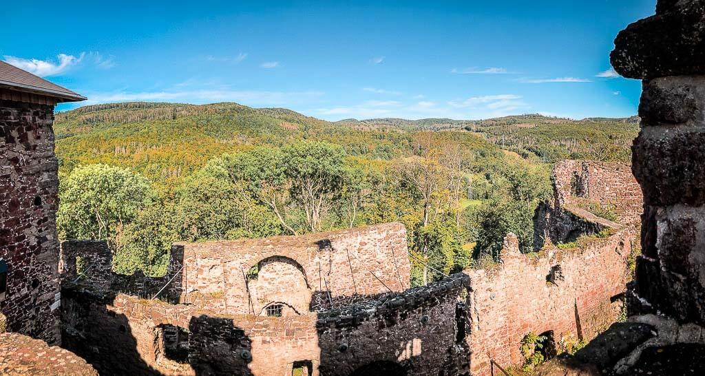 Burgruine Hohnstein und Wälder im Naturpark Südharz