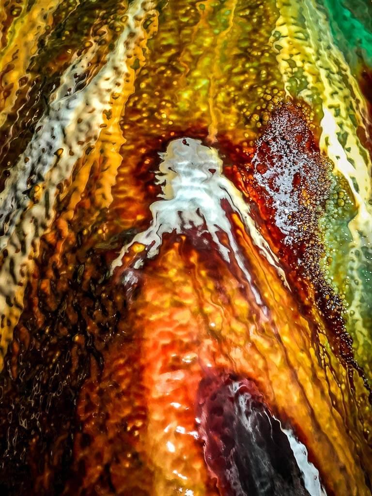 Farbenfrohe Versinterung und Oktopus-Muster im Grünen Gewölbe im Röhrigschacht