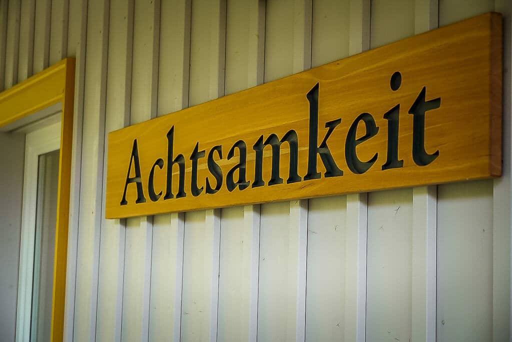 Achtsamkeit Schild im Infozentrum des Naturparks Südharz in Neustadt
