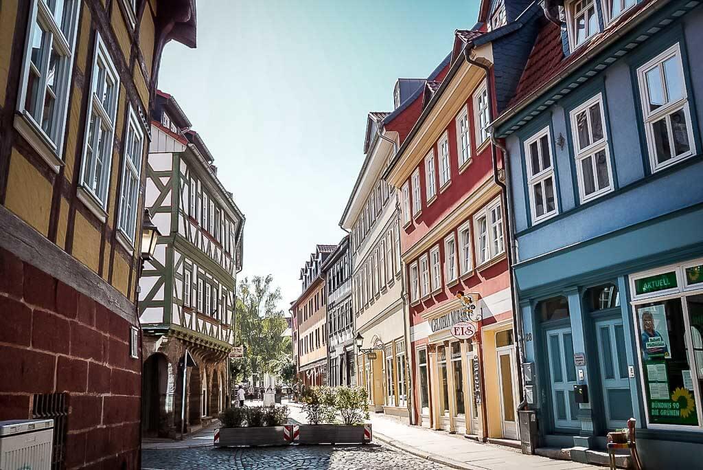 Farbenfrohe Fachwerkhäuschen im Stadtzentrum Nordhausen, Thüringen