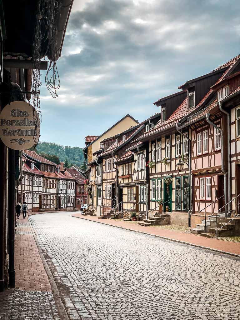 Straße mit Fachwerkhäusern in Stolberg im Südharz