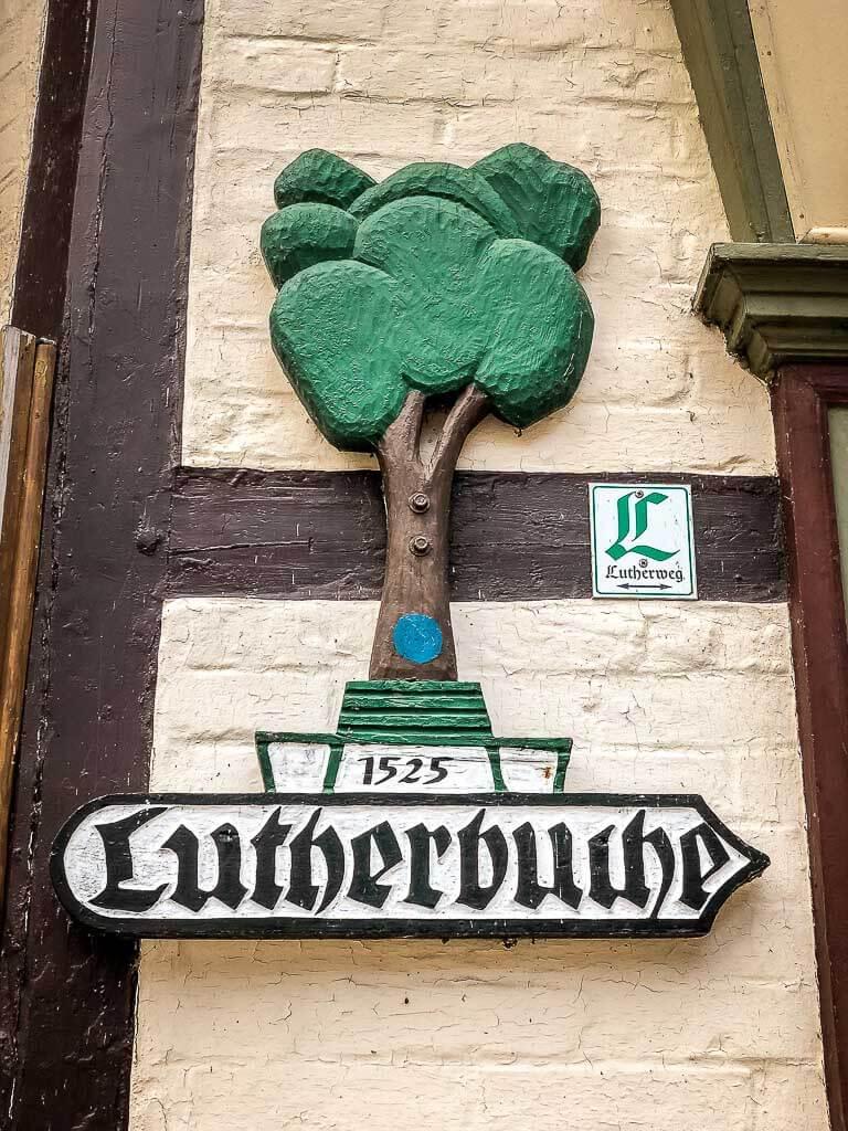 Wegweiser zur Lutherbuche auf dem Lutherweg im Südharz
