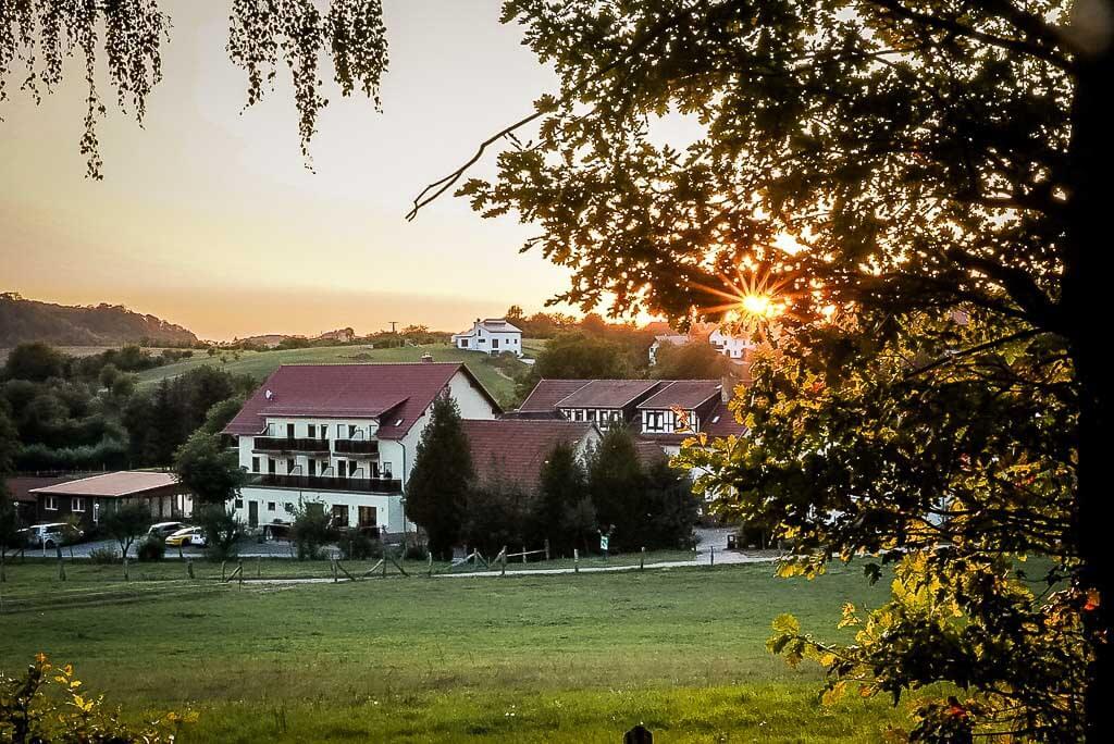 Ferienhotel Wolfsmühle im Abendlicht im Naturpark Südharz