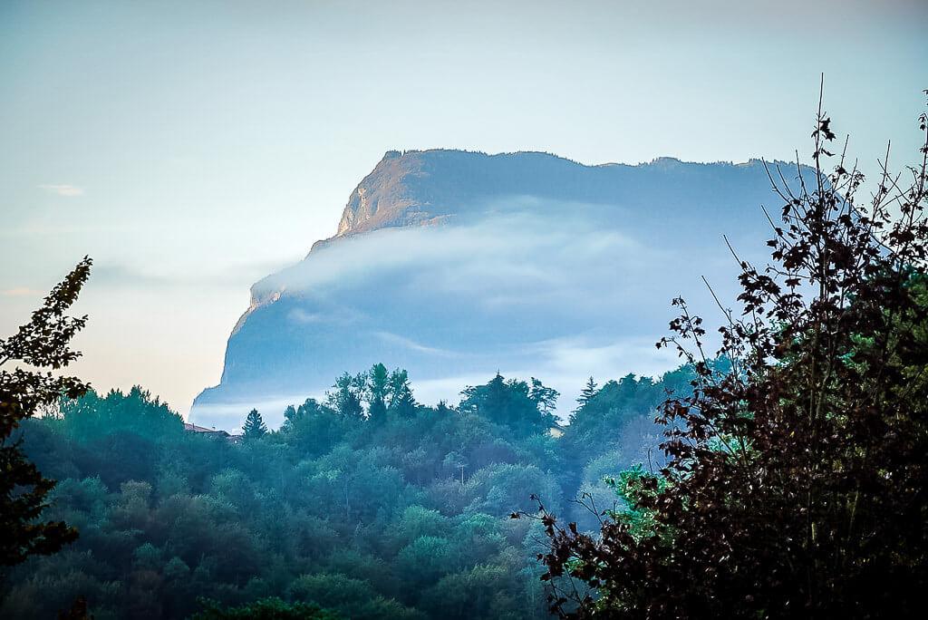 Ausblick vom Vital Hotel Flora in Comano Terme auf die Brenta Dolomiten im Morgennebel