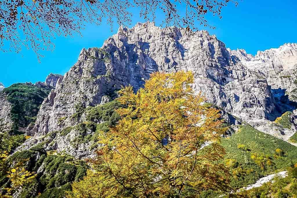 Wanderung von Meran zum Gardasee - Die Brenta Dolomiten in der Pradel Hochebene mit Herbstbäumen
