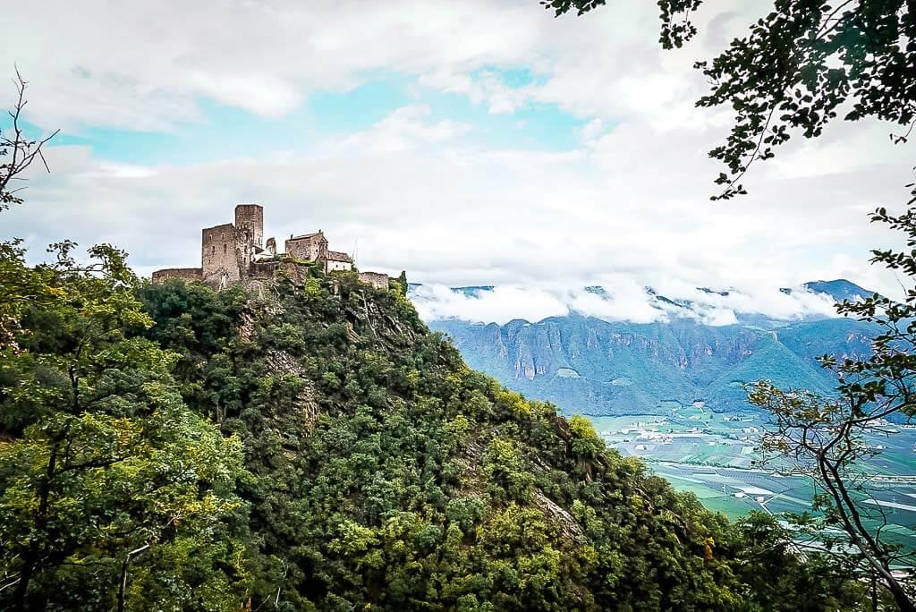 Ausblick auf die Burg Hocheppan in Südtirol
