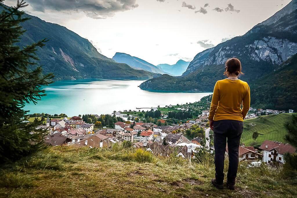 Couchflucht Sabrina Bechtold steht vor Molvenosee im Trentino