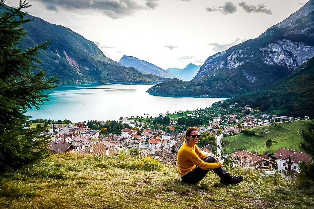 Couchflucht Sabrina Bechtold sitzt vor Molvenosee im Trentino