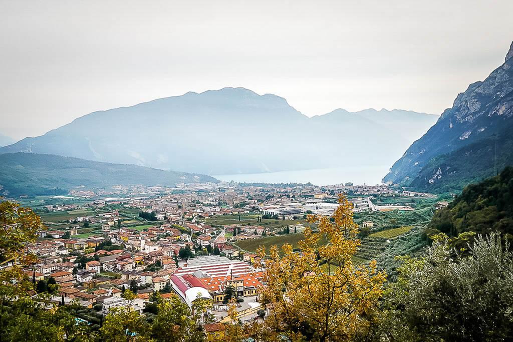 Wanderung von Meran zum Gardasee - Blick auf Riva Del Garda und den Gardasee von Varone