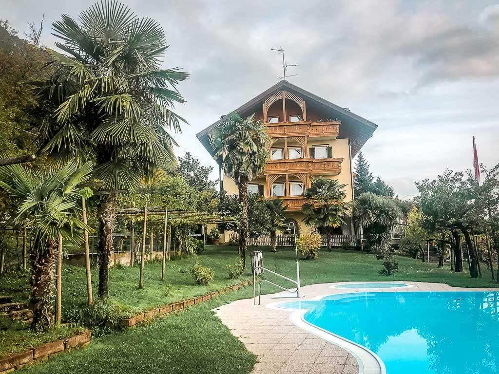 Pool und Garten im Hotel Tannhof bei Kaltern in Südtirol
