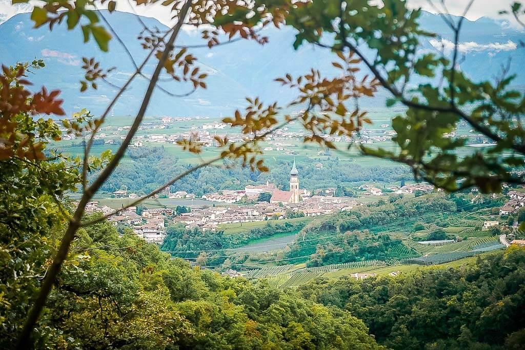 Wanderung von Meran zum Gardasee - Dorfidylle an der Südtiroler Weinstraße