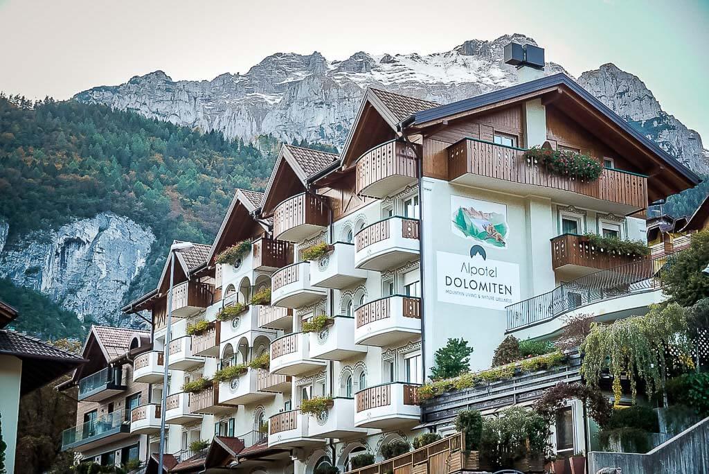 Hotel Alpotel Dolomiten in Molveno mit Brenta Dolomiten im Hintergrund