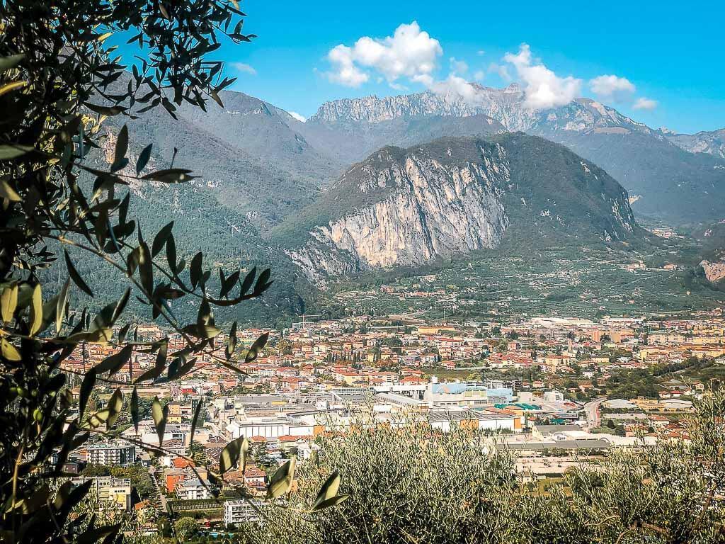 Wanderung von Meran zum Gardasee - Ausblick vom Monte Brione auf Riva del Garda