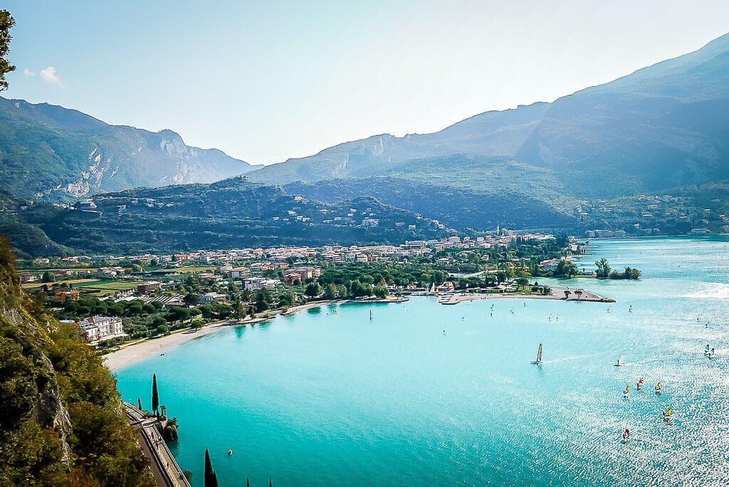 Der türkisgrüne Gardasee und Torbole vom Monte Brione
