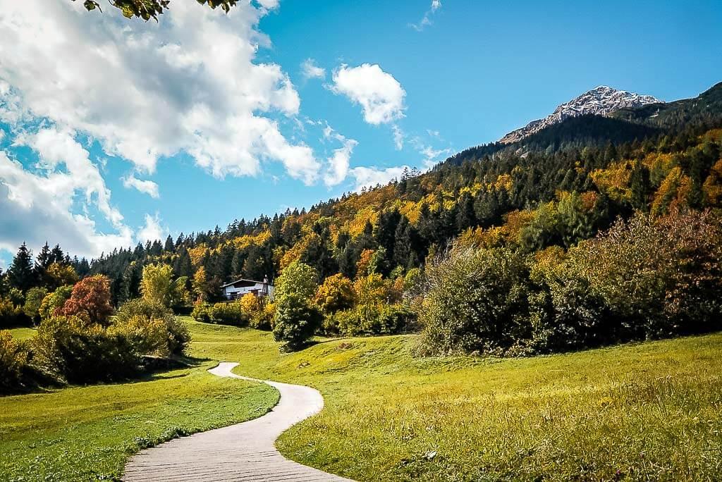 Wanderweg im herbstlichen Val di Non auf der Paganella Hochebene