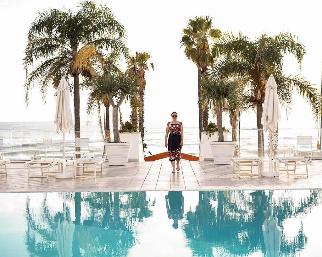 Couchflucht Sabrina Bechtold am Pool des Hotel Donna Rumma im Frosch Sportclub Donna Rumma