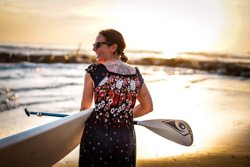 Couchflucht Sabrina Bechtold mit Super im Sonnenuntergang am Strand des Frosch Sportclubs Il Tempio