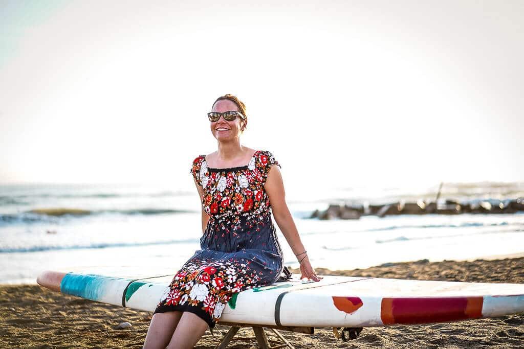 Couchflucht Sabrina Bechtold sitzt auf SUP am Strand vor dem Frosch Sportclub Il Tempio