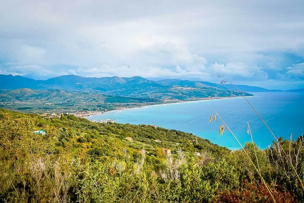 Frosch Sportreisen Wanderung im Cilento Nationalpark nach Pioppi mit Blick auf die Cilento Küste