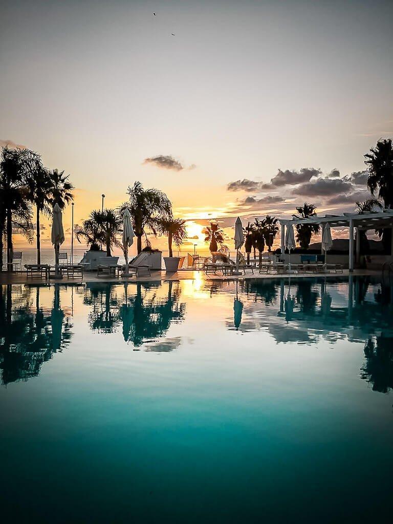 Frosch Sportreisen Sportclub Il Tempio Sonnenuntergang am Pool