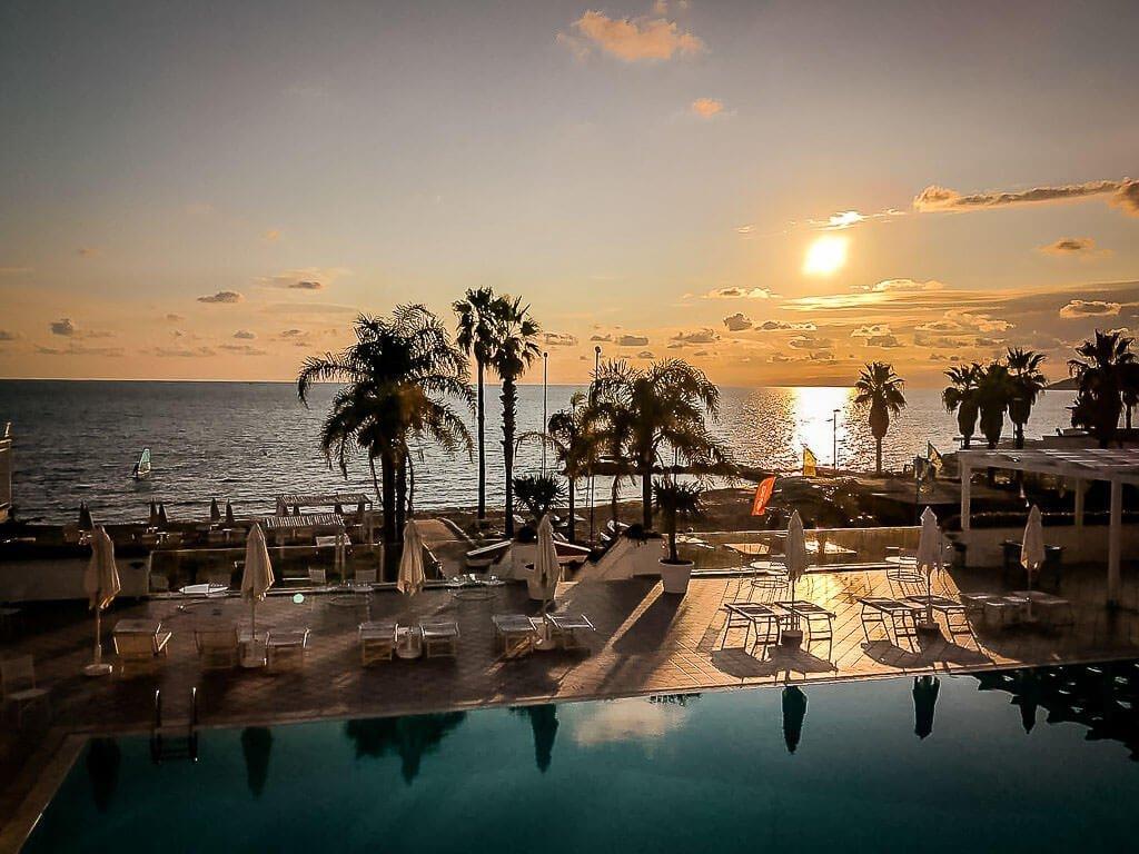 Frosch Sportreisen Frosch Sportclub Il Tempio - Hotel Donna Rumma mit Sonnenuntergang am Pool