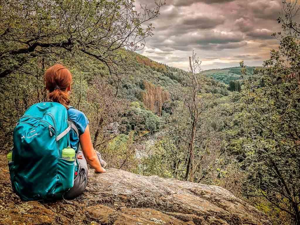 Wandern im Bergischen Land - Couchflucht Sabrina Bechtold genießt Ausblick auf die Wupper und Balkhausen