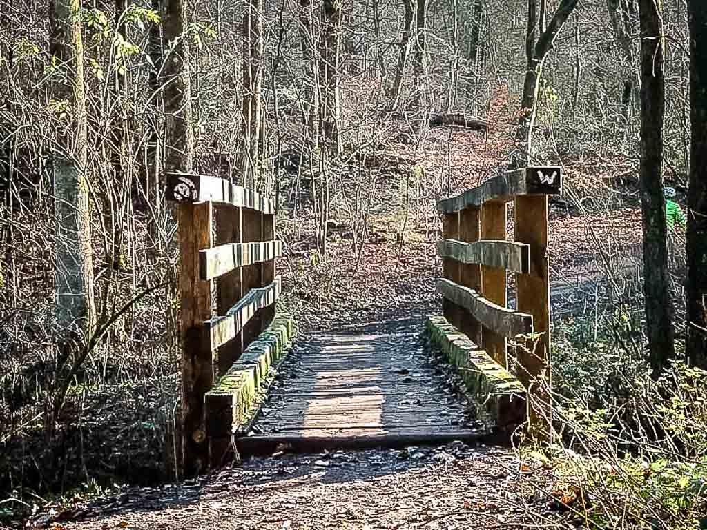 Wandern im Bergischen Land im Gelpetal bei Wuppertal - Wanderweg mit Holzbrücke