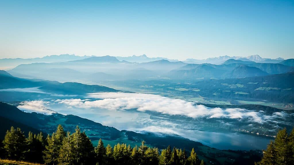 Morgenstimmung am Millstätter See - im Hintergrund die Karawanken und Julischen Alpen