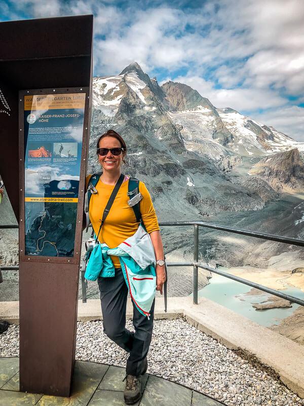 Couchflucht Sabrina Bechtold am Startpunkt des Alpe-Adria-Trails an der Franz-Josefs-Höhe am Grossglockner