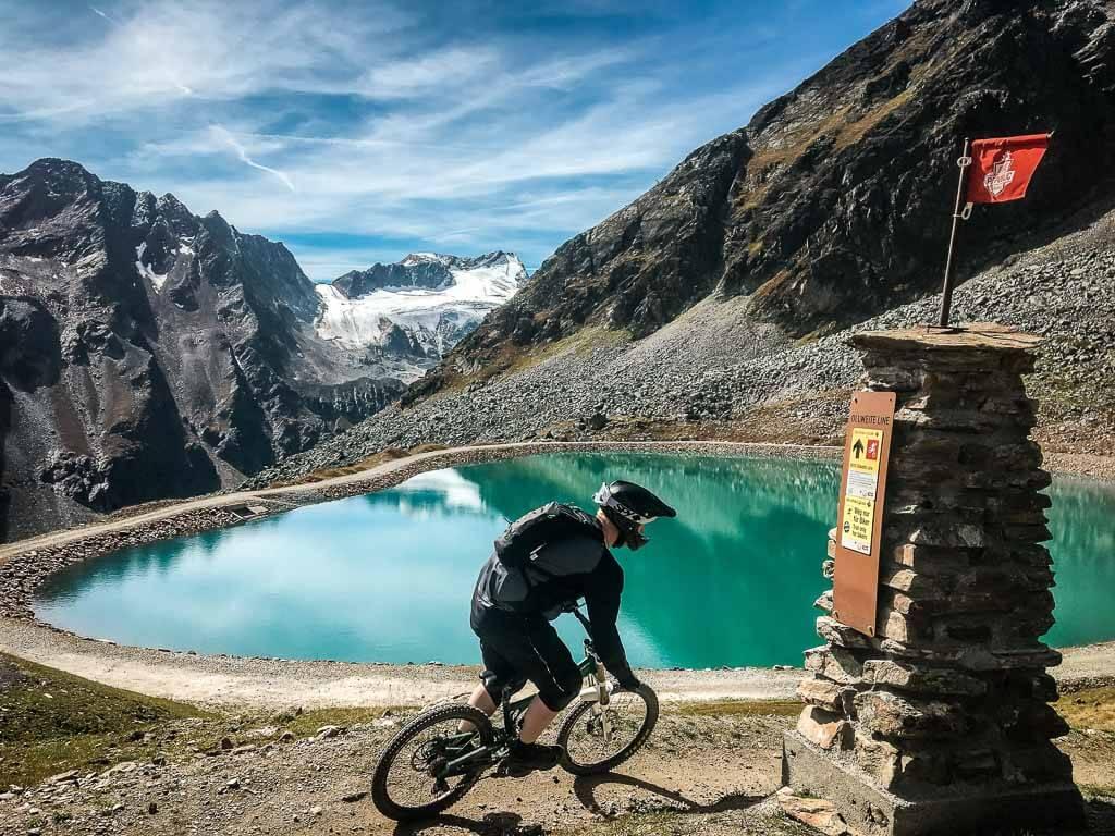 Mountainbiker fährt auf einem Trail in der Bike Republic Sölden im Ötztal.