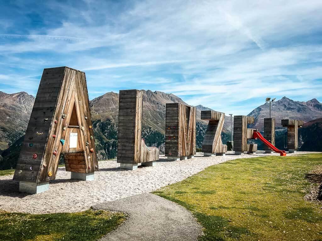Die schönsten Orte in Österreich in Sölden im Ötztal, Bergstation mit Almzeit Buchstaben