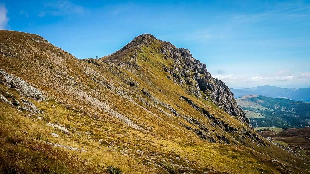 Die schönsten Orte in Österreich mit dem Bergrücken des Großen Falkerts in den Nockbergen.