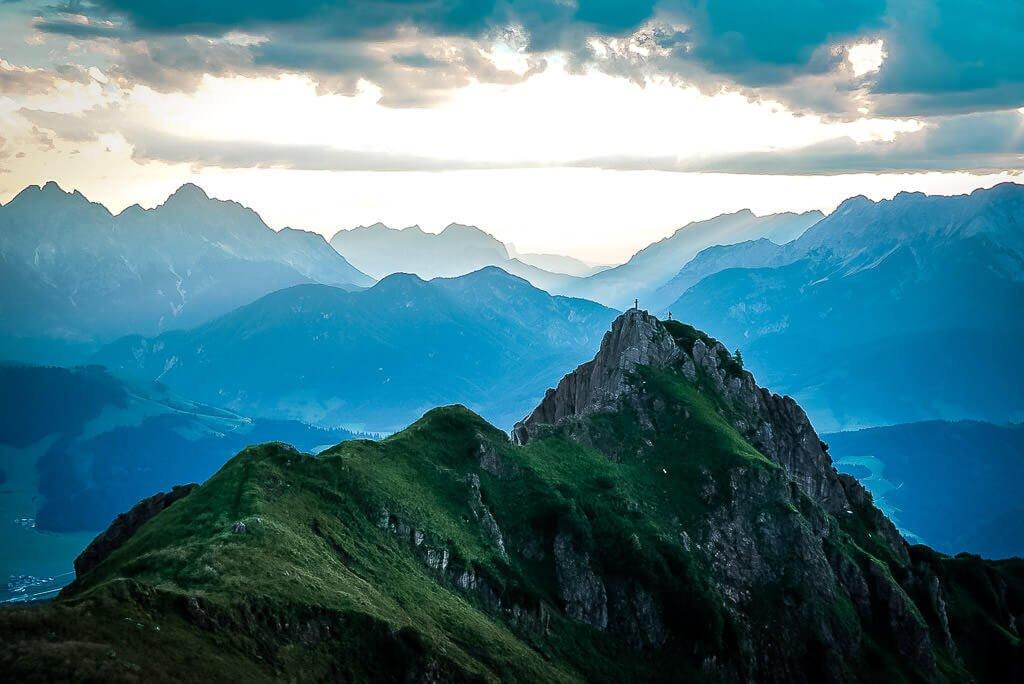 Die schönsten Ort in Österreich - Bergpanorama vom Berggipfel der Henne zum Sonnenaufgang