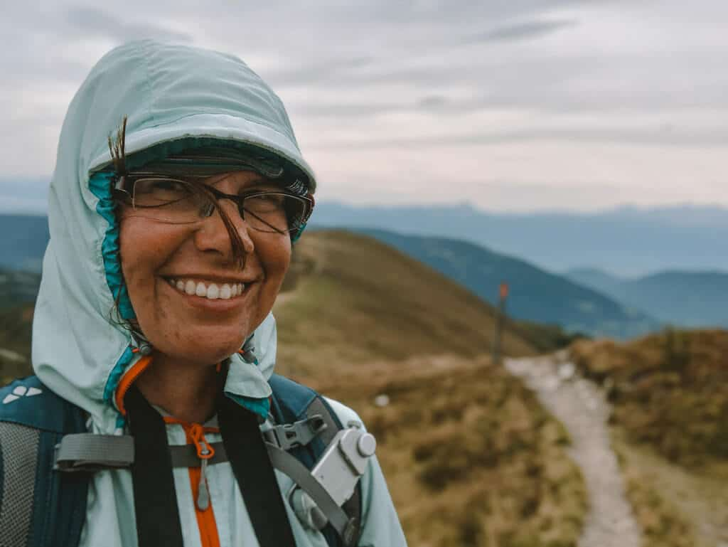 Couchflucht Sabrina Bechtold wandert bei starkem Wind in den Nockbergen auf dem Wöllaner Nock.