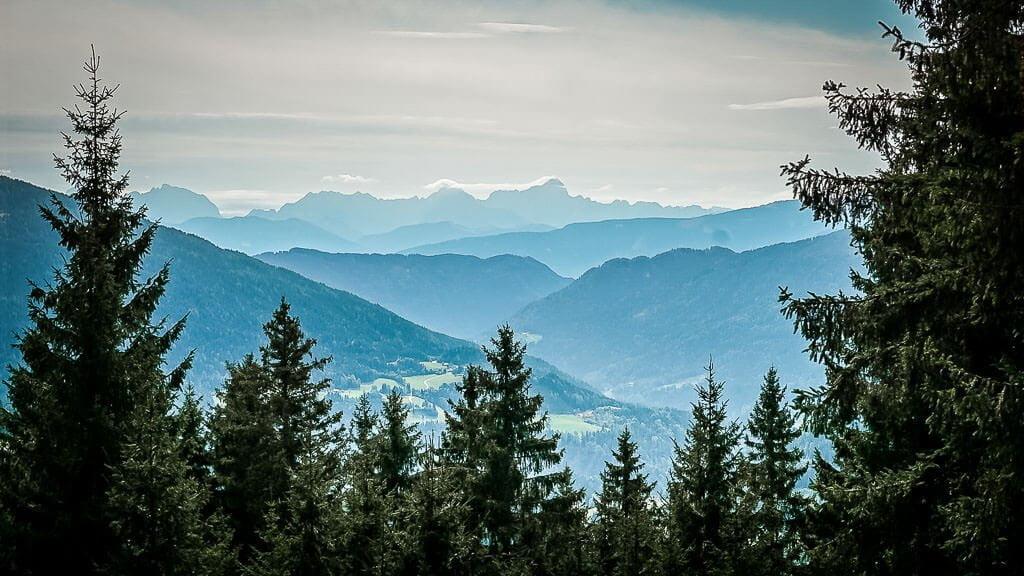 Panorama ins Tal von Arriach beim Wandern auf dem Alpe Adria Trail in den Nockbergen