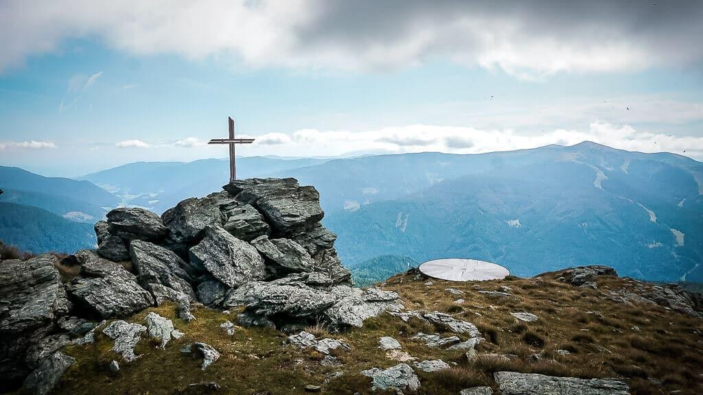Nockberge Wandern am Schwarzkofel mit Gipfelkreuz und Kraftplatz