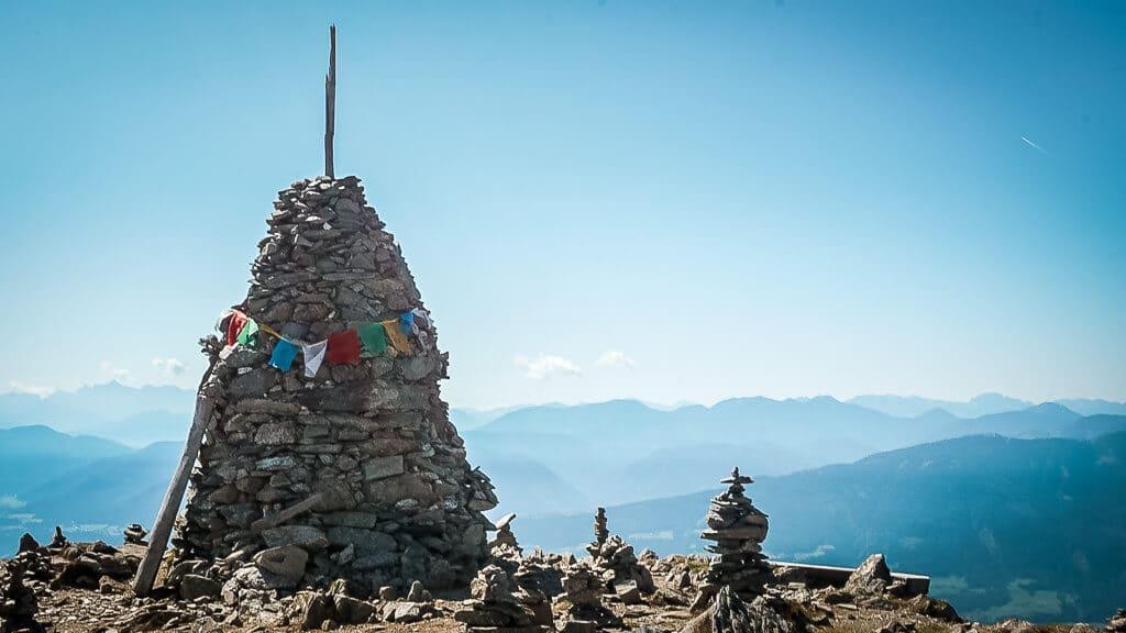 Nockberge wandern auf dem Weg der Liebe an der Millstätter Alpe mit Stoanamandl