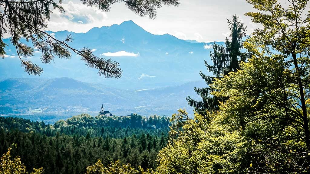 Herrlicher Ausblick auf die Karawanken von der Ruine Hohenwart in Kärnten