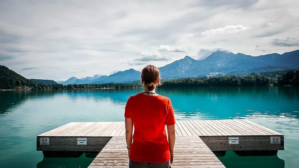 Couchflucht Sabrina Bechtold am Steg des Faaker Sees in Kärnten