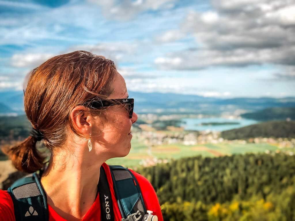Couchflucht Sabrina Bechtold genießt Aussicht auf den Faaker See von der Burgruine Finkenstein