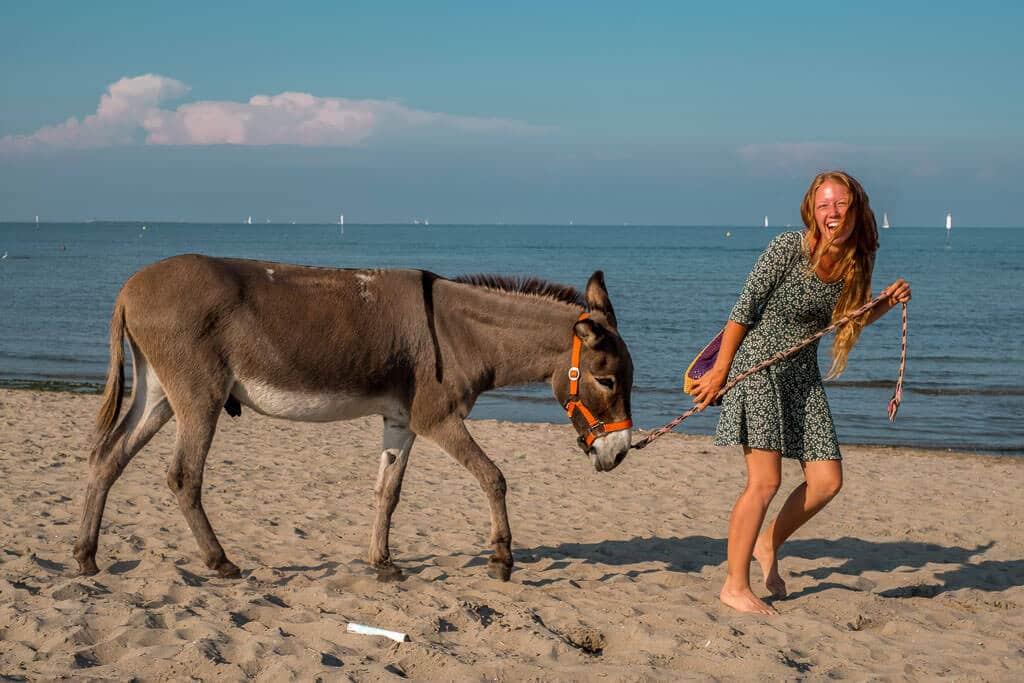 Lotta Lubkoll mit Esel Jonny am Strand am Mittelmeer