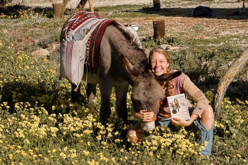 Lotta Lubkoll mit Esel Jonny und ihrem Buch