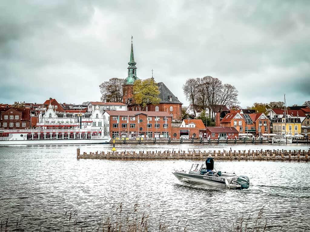 Heringszaun und Hafenpromenade von Kappeln am Ostseefjord Schlei