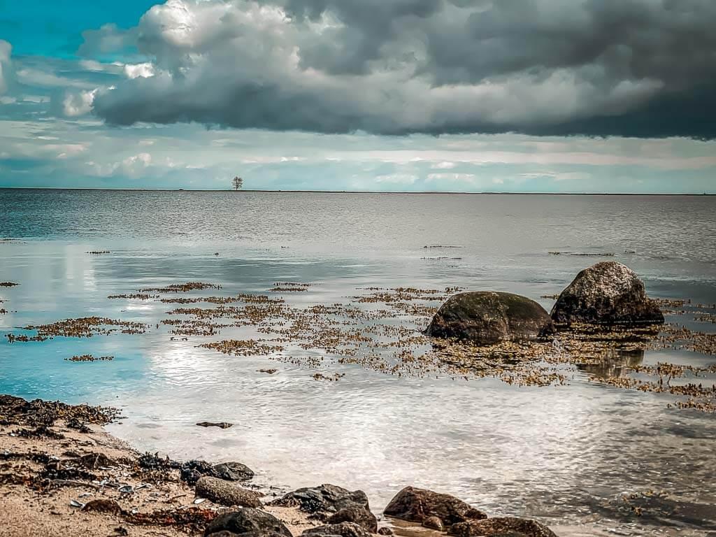 Dramatisches Wetter und Wolken über der Schleimünde bei Maasholm am Ostseefjord Schlei